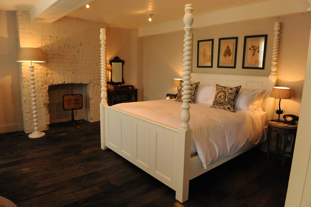 Twisted Pencil Post Bed, Linnet White Finish